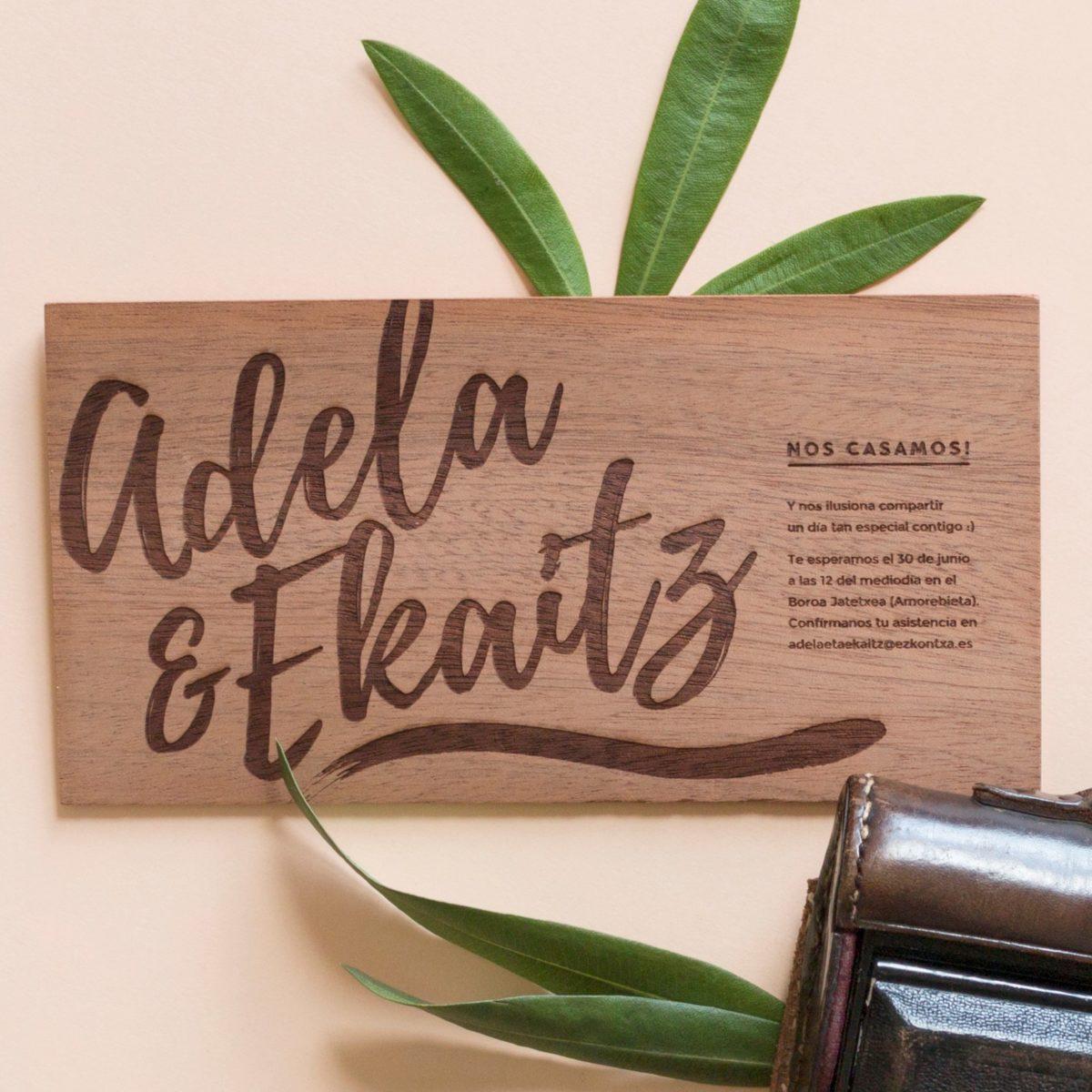 Invitación de madera Plumas