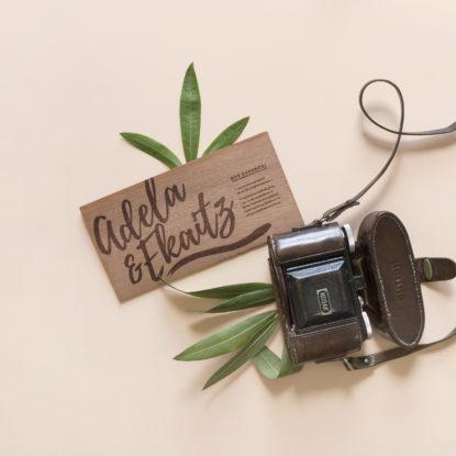 invitación de boda con caligrafía de madera