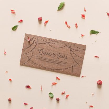 invitación de boda de madera original con guirnaldas de luces