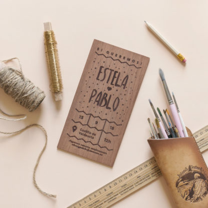 invitación de boda de madera personalizada con diseño original Puntitos