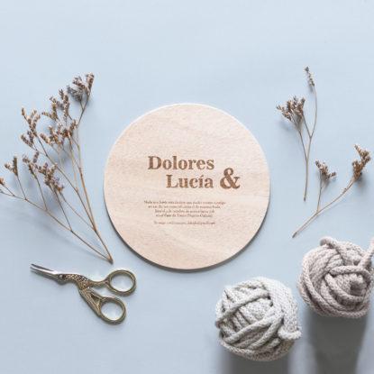invitación de boda de madera redonda con ampersand