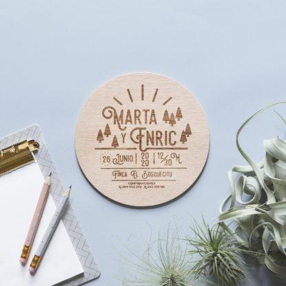 invitación de boda de madera redonda con ilustración de bosque