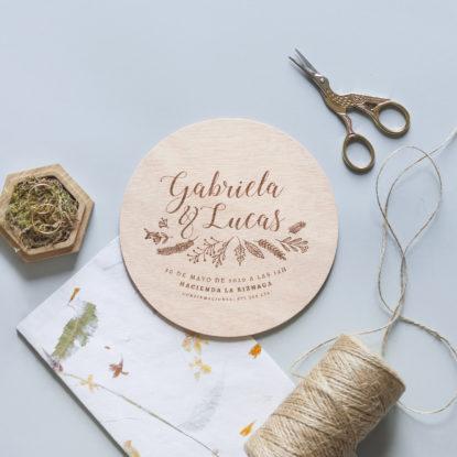 invitación de boda de madera redonda estilo botánico