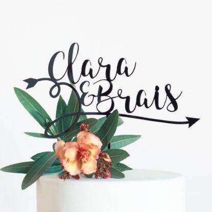 Cake topper para boda con diseño de flecha y nombres de la pareja detalle