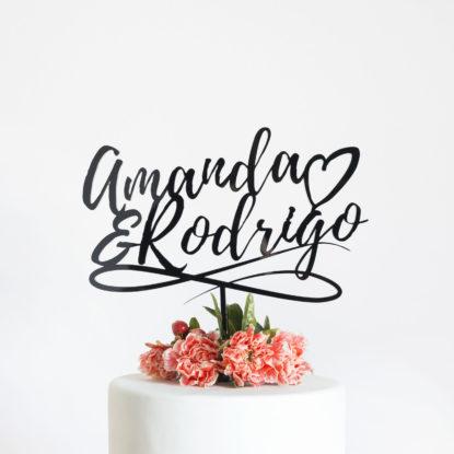 Cake topper para boda con diseño de hand lettering y nombres de la pareja d