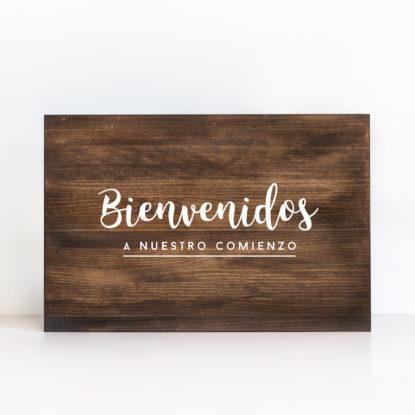 """Cartel de madera """"Bienvenidos a nuestro comienzo"""" color oscuro"""