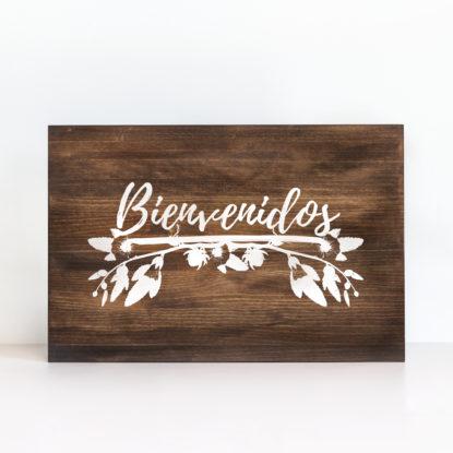 """Cartel de madera """"Bienvenidos Floral"""" color oscuro"""