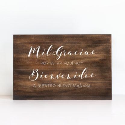 """Cartel de madera """"Mil Gracias Y Bienvenidos"""" color oscuro"""