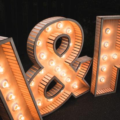 Detalle de las letras luminosas
