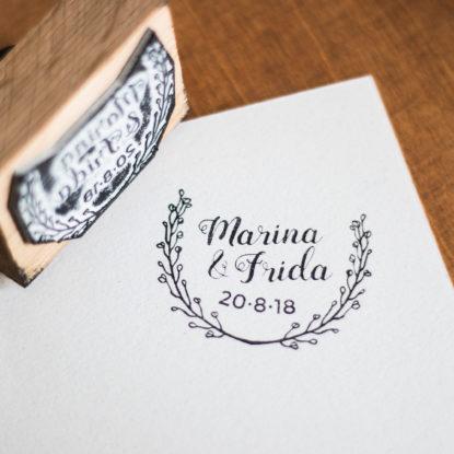 Sello de boda de madera original nombres pareja modelo Corona de Flores II
