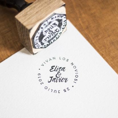 Sello de boda de madera original nombres pareja modelo Corona de Letras II