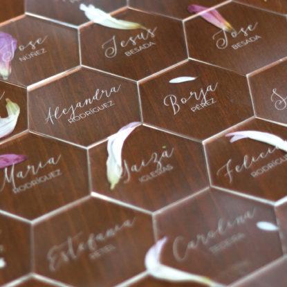 Hexágonos transparentes para sitting nombres de invitados marcasitios detalle