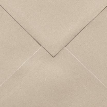 Sobre para invitaciones de madera cuadrado beige detalle