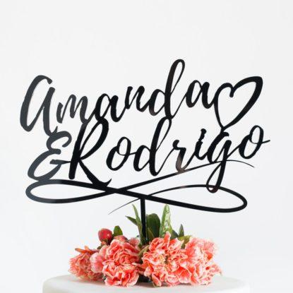 Cake topper para boda con diseño de hand lettering y nombres de la pareja detalle