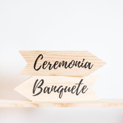 Cartel de madera con forma de flecha para bodas