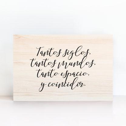 Cartel de boda de madera claro con mensaje