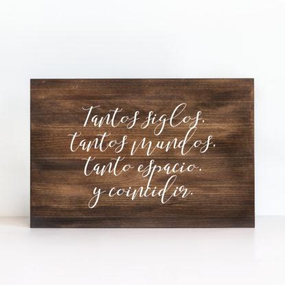 Cartel de boda de madera oscuro con mensaje