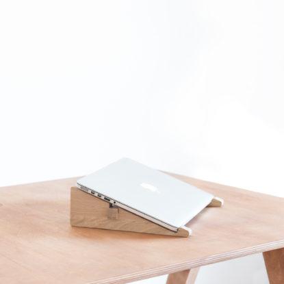 Soporte para portátil de diseño de madera de roble cerrado