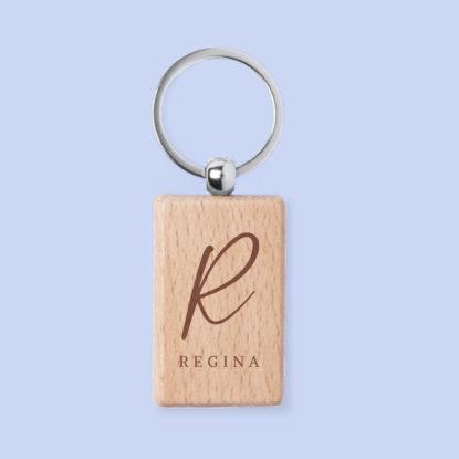 Llavero de madera de invitiados para boda con inicial grabada y nombre