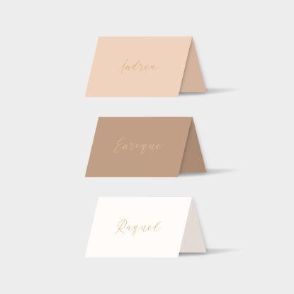 Marcasitios de papel con nombres de invitados en dorado