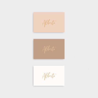 Marcasitios de papel con nombres de invitados en dorado letra 3